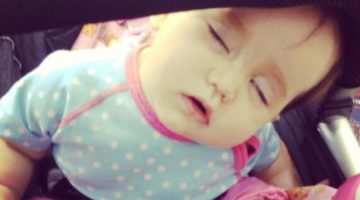 Baby sover klapvogn